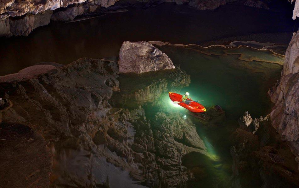 Cách duy nhất để vào trong hang Tham Lod là đi thuyền bè