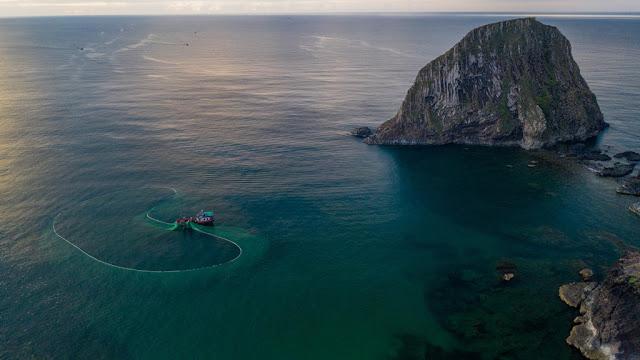Nơi thời gian lắng đọng trước cảnh ngư dân thả lưới trên biển Phú Yên